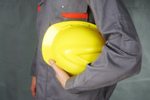 /upl/depositphotos_72112175-stock-photo-builder-holding-helmet-in-hands_2.jpg